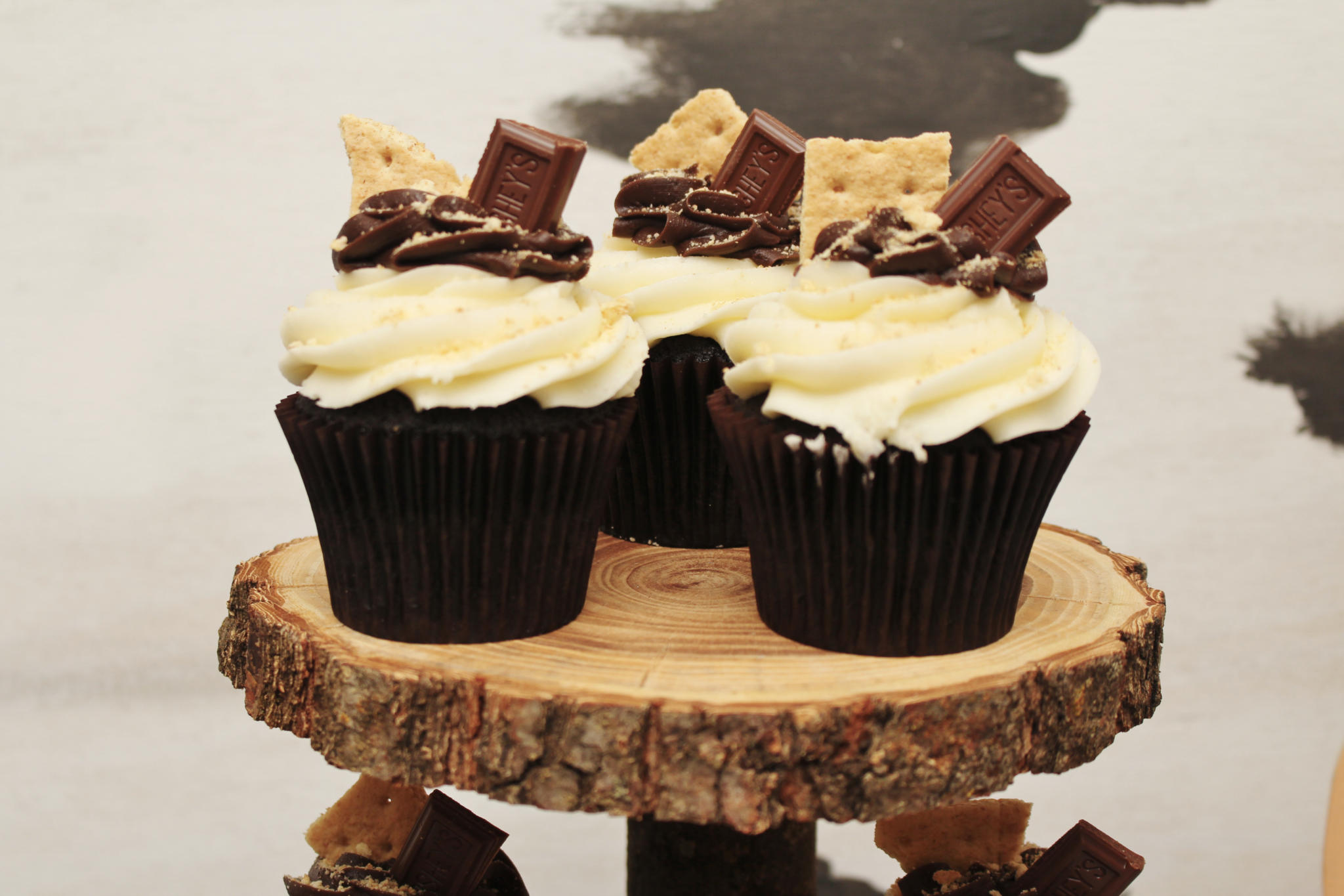 How about serving s'mores cupcakes for your child's Woodland Birthday Party? Click for 12 great ideas including Raccoon Apples and Tree Cakes for your rustic woodland party! See how to recreate this party styled by Crowning Details on www.funtoeatfruit.com. #woodlandparty #partydecor #birthdayparty #kidsbirthday #partyideas #partyinspiration #apples #ediblefavors