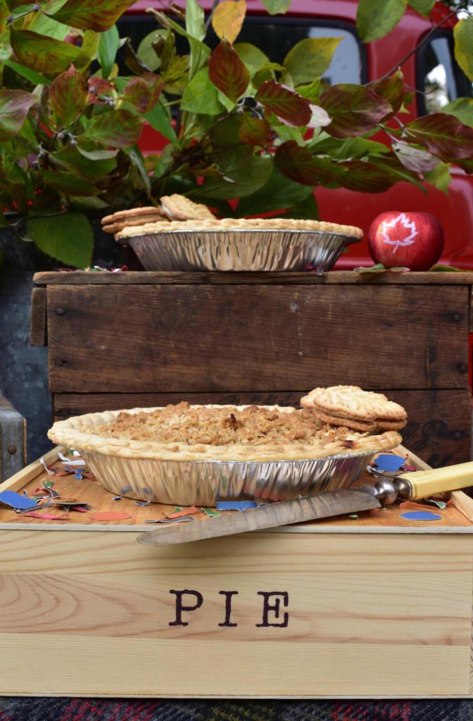 Throw an Apple Pie Party for some real fall fun! Click to read more about creating some fresh, healthy apple favors for your guests! We worked with party stylist at GiggleLiving.com who created easy-to-do fall party ideas! www.funtoeatfruit.com #apples #fallpartyideas #fallpartyfood #personalizedfavors #favors #thanksgivingdinnertable